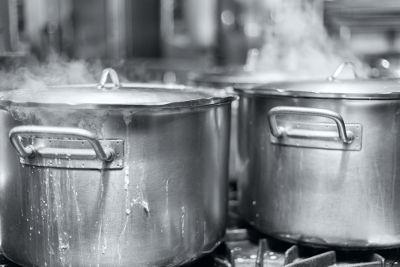 Uma panela de alumínio na chama de um fogão fica inteiramente quente em virtude da condutividade