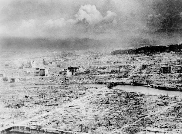 Visão aérea da cidade de Hiroshima dias após o lançamento da bomba atômica sobre a cidade