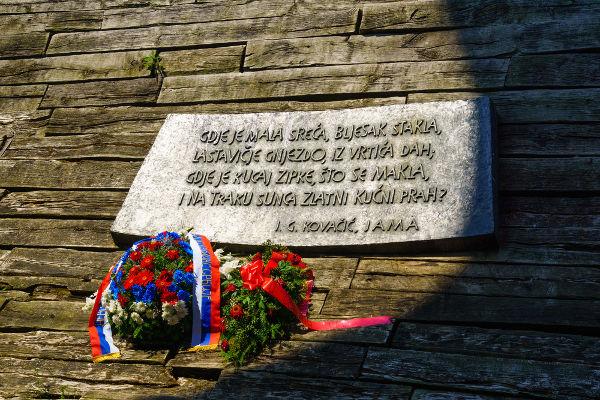 Memorial às vítimas do campo de concentração de Jasenovac, Croácia *