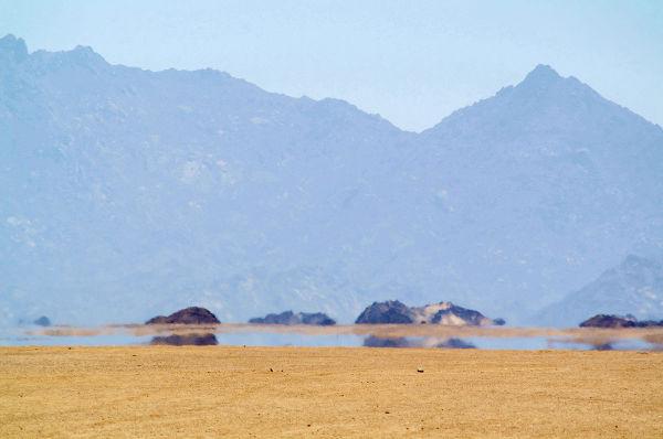 Observe as imagens das montanhas formadas nas posições inferiores
