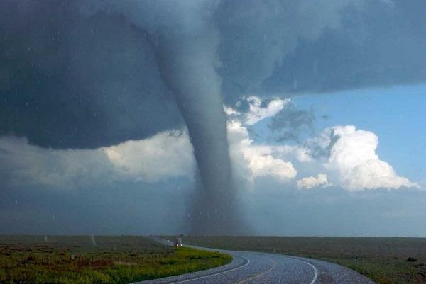 Tornado com cerca de 4 km de extensão que passou pelo estado de Oklahoma