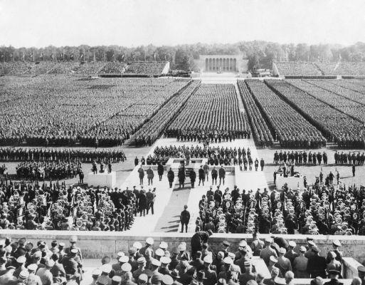 Em Nuremberg, eram realizados grandes comícios (como esse da foto) do Partido Nazista.