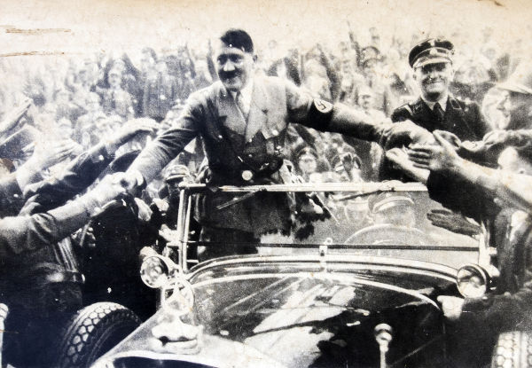 O culto a Adolf Hitler é um dos elementos centrais da ideologia dos neonazistas.**
