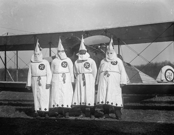 Membros do Klan utilizando a vestimenta clássica da organização.**