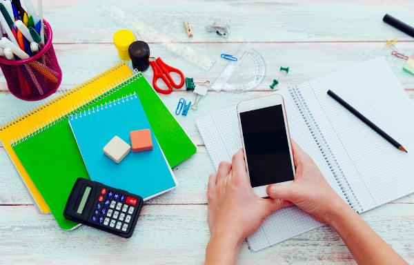 O celular pode causar distração durante os estudos. Por isso, nesse momento, é importante deixá-lo longe.