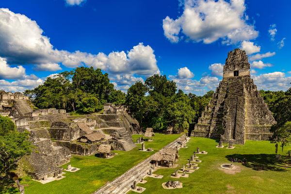 Ruínas de Tikal, uma das principais cidades maias durante o Período Clássico.