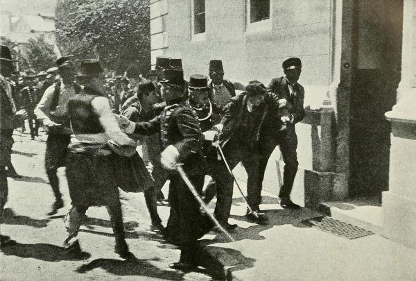 Gavrilo Princip sendo preso após cometer o atentado que causou a morte de Francisco Ferdinando.
