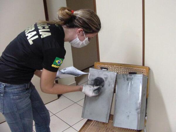 Perita da Polícia Federal revelando fragmentos