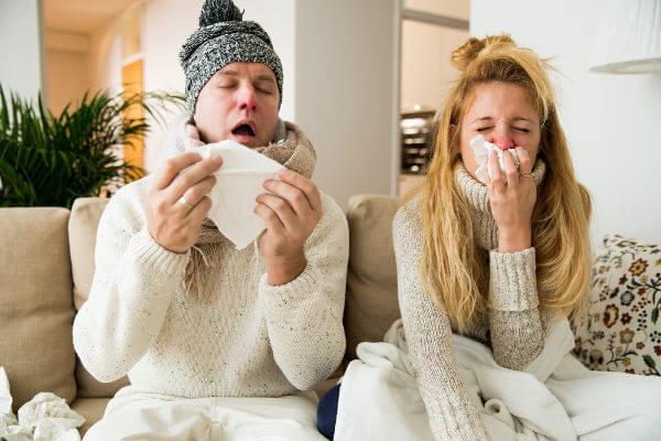 A gripe é uma doença transmitida por vírus que pode causar febre e dores no corpo.