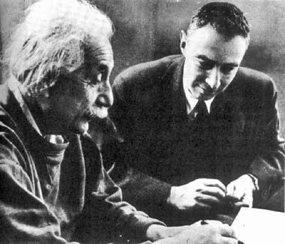 Na foto, tirada por volta de 1950, Einstein conversa com Oppenheimer, diretor do programa que daria origem à bomba atômica.
