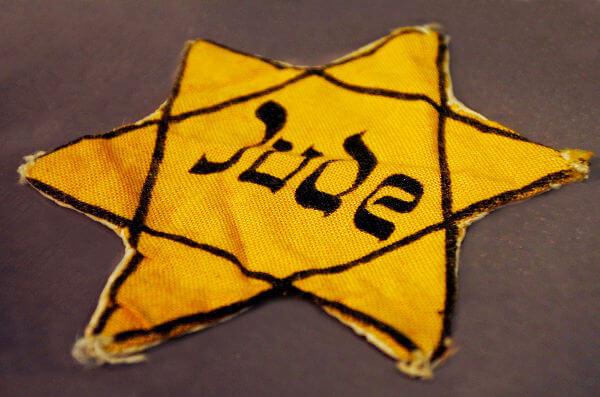 Durante os anos do Holocausto, os nazistas obrigavam os judeus a usarem uma estrela costurada na roupa como forma de identificação.**