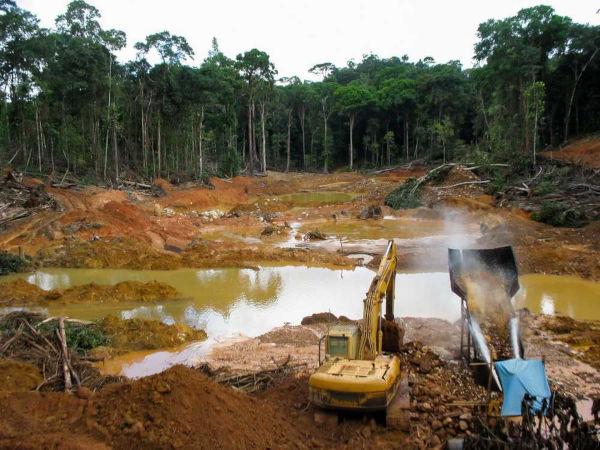 A mineração de ouro provoca poluição dos recursos hídricos e do solo por meio do uso de mercúrio.