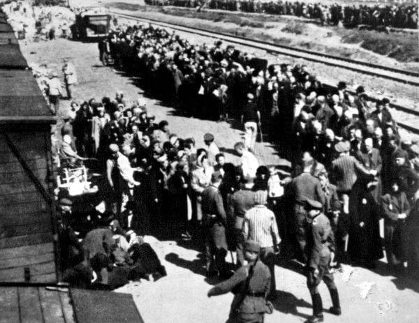 Por toda a Europa, os judeus eram aglomerados e transportados, para os guetos e campos de concentração, em vagões de trem.