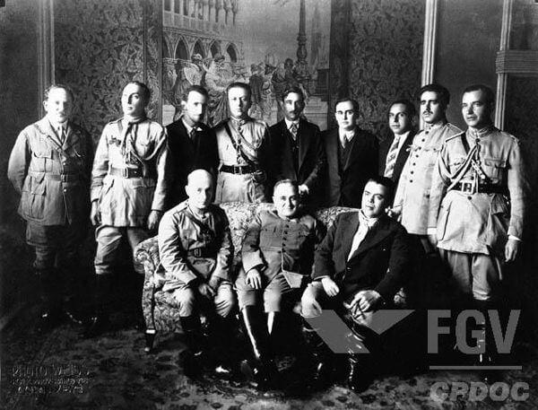 Getúlio Vargas e militares aliados durante a Revolução de 1930.**