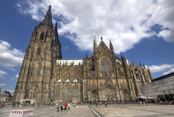 Catedral de Colônia, um exemplo da arquitetura gótica surgida na Idade Média.*