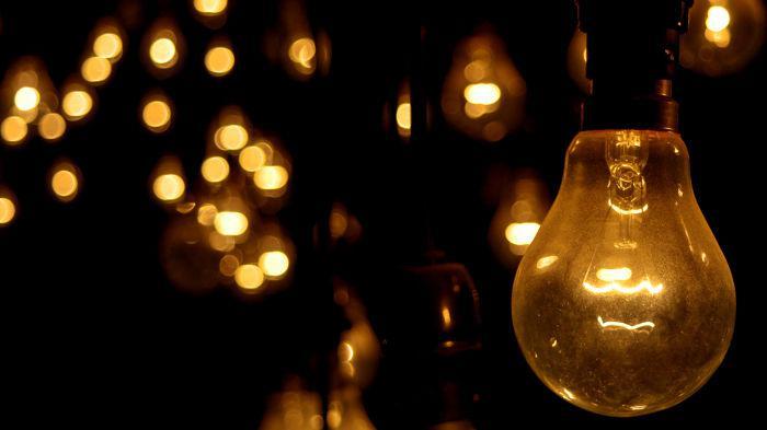 As lâmpadas incandescentes têm um filamento de alta resistência elétrica que se aquecem e emitem luz com a passagem de corrente elétrica.