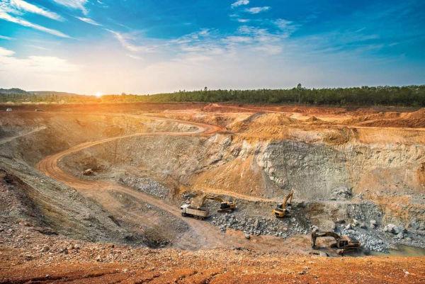 O método de lavra a céu aberto representa a mineração em depósitos com menor profundidade, próximos à superfície.