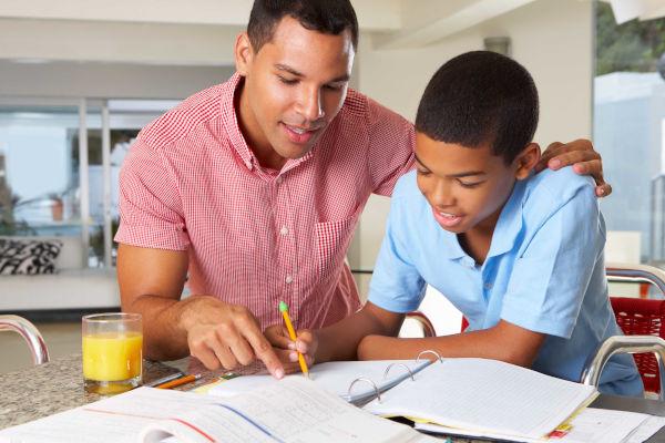 O seio familiar é o principal reforço escolar. Pais participativos criam crianças mais motivadas.