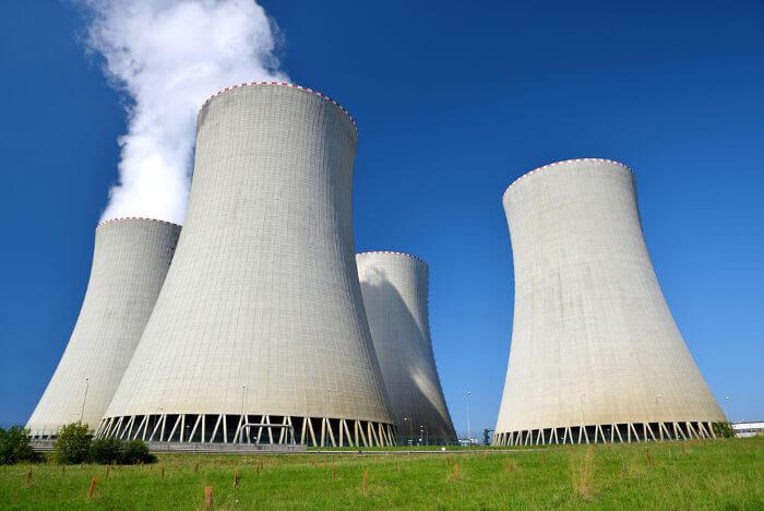 As grandes chaminés características das usinas nucleares fazem parte de seu sistema de resfriamento e não emitem poluição.