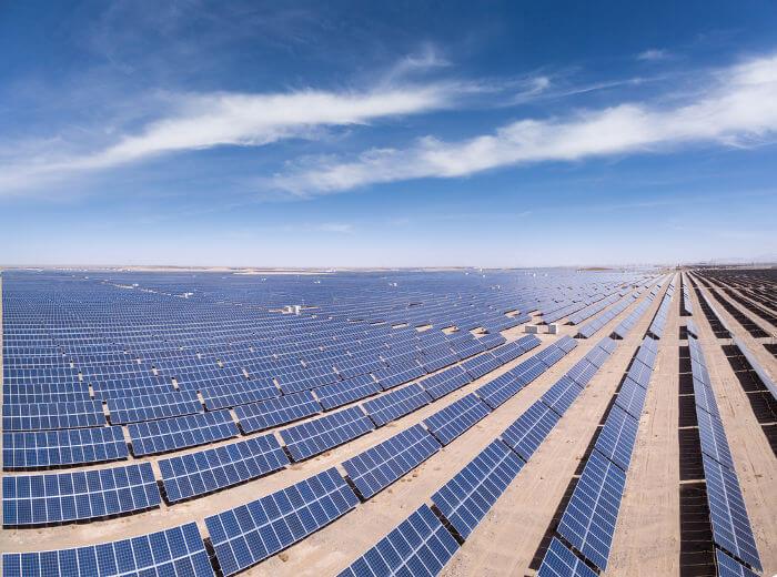 Usinas solares, como a da foto, são uma das aplicações tecnológicas do efeito fotoelétrico.