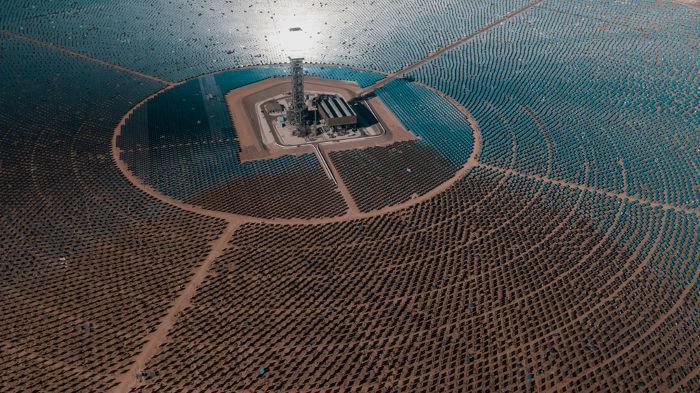 As usinas termossolares usam a luz do Sol para produzir a evaporação de grandes massas de água e mover turbinas geradoras.