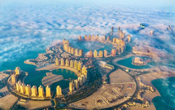 A capital do Catar é Doha e apresenta um alto desenvolvimento socioeconômico.