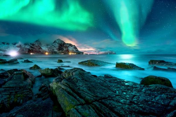 Muitos turistas vão até às Ilhas Lofoten para observarem a aurora boreal.