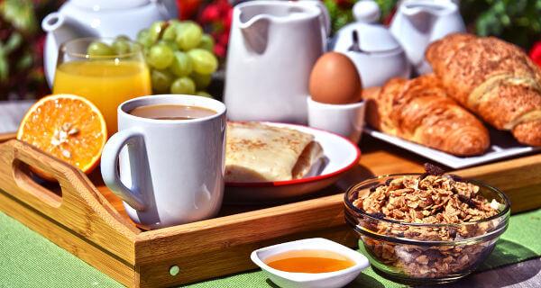 O café da manhã deve ser rico em diferentes nutrientes.