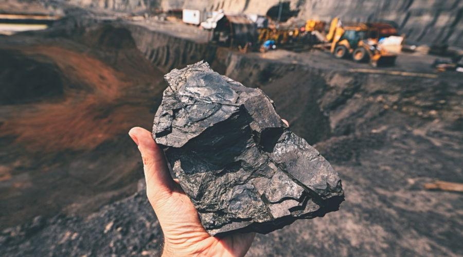 O carvão mineral é uma rocha sedimentar formada pela decomposição de matéria orgânica.