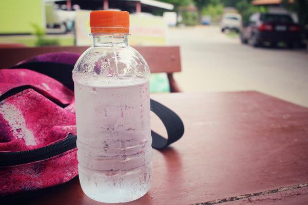 Garantir a hidratação é essencial, porém o compartilhamento de garrafinhas pode ser perigoso.