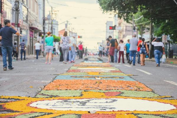 Os tapetes são uma tradição realizada durante o dia de Corpus Christi em muitas partes do Brasil.