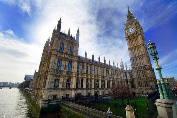 A torre do Big Ben (Elizabeth Tower) fica no Palácio de Westminster, em Londres.***