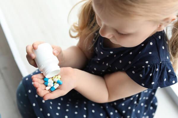 A ingestão de medicamentos está entre as principais causas de intoxicações em crianças.