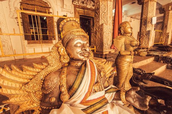 Esculturas em templo hindu.