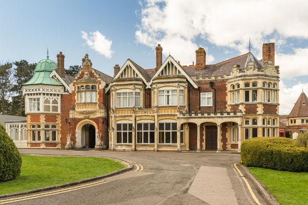 Durante a Segunda Guerra, Alan Turing trabalhou na sede da inteligência britânica, conhecida como Bletchley Park.
