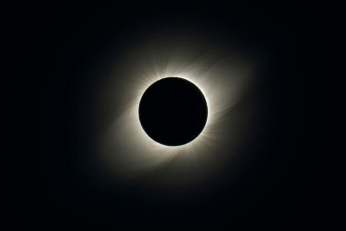 A coroa solar é visível durante os eclipses.