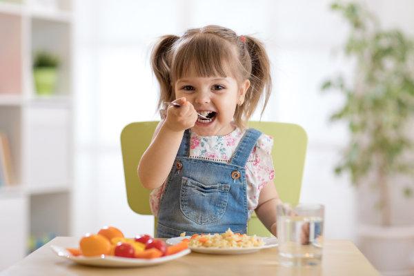 As crianças devem ter uma alimentação saudável para que se desenvolvam de maneira adequada.