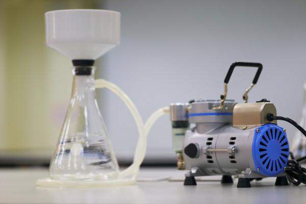 Na filtração a vácuo, o processo é mais rápido do que na filtração simples.