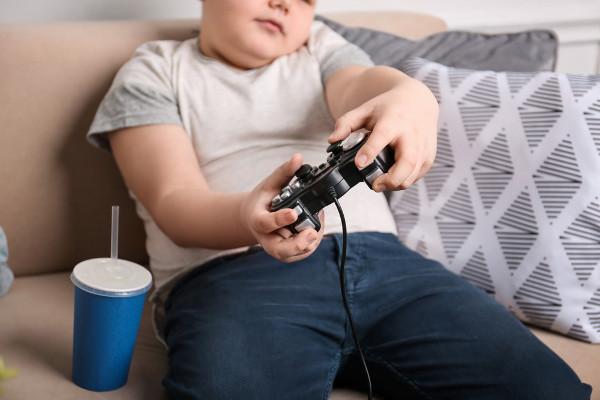Ficar muito tempo jogando videogame ou vendo TV pode colaborar com o desenvolvimento de sobrepeso, uma vez que são atividades que não geram gasto calórico.