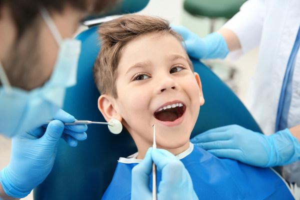 Devemos sempre lembrar que é essencial escovar os dentes e utilizar o fio dental. Igualmente importante é visitar o dentista regularmente.