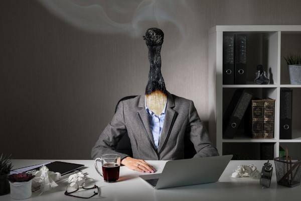 Os principais sintomas da síndrome de burnout são esgotamento mental e físico, dores musculares e fadiga.