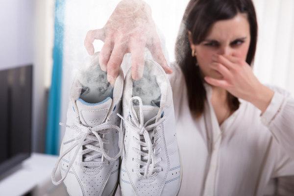 O odor característico do chulé é desencadeado pela ação de bactérias.