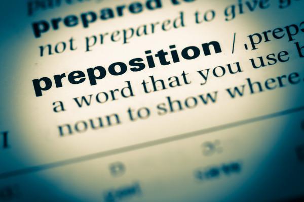 """""""Prepositions"""" são palavras que indicam lugar, tempo, movimento em inglês."""