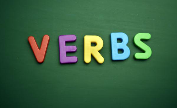 Os verbos regulares em inglês são formados pelo sufixo -ed no passado.