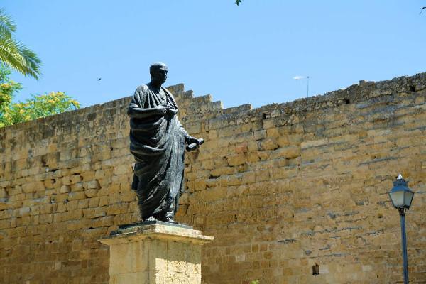 Além dos livros em que expôs seu pensamento estoico, Sêneca escreveu tragédias, como Medeia e As troianas, e foi um senador elogiado por sua oratória.