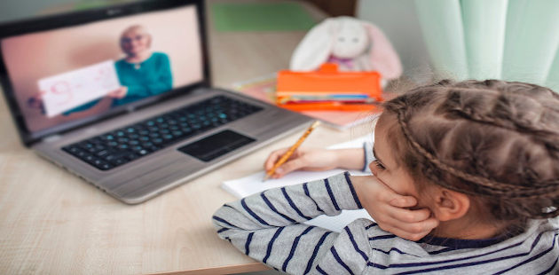 Menina assiste aula on-line