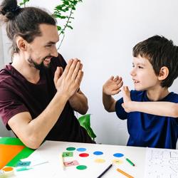 Criança autista com profissional