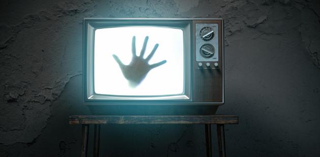 mão saindo de TV