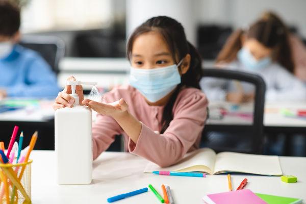 Uso de máscara e álcool gel pelas crianças é obrigatório nas escolas